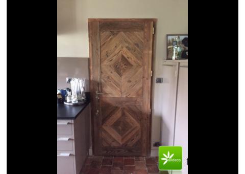 Nietypowe drzwi ze starego drewna